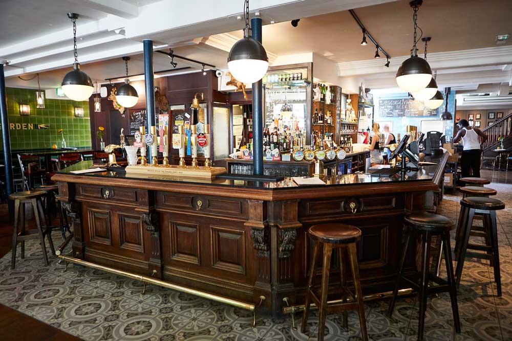 Fullers-George-IV-Chiswick-W4-bar002